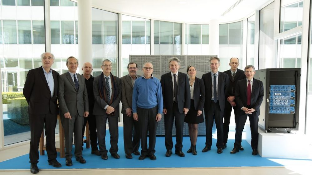 Atos Chairman and CEO Thierry Breton surrounded by the Atos Quantum Scientific Council members on April 6 : Nobel prize laureate in Physics Serge Haroche, Daniel Estève, Alain Aspect, David DiVincenzo, Artur Ekert, (Fields Medal laureate Cédric Villani – member of the Atos Quantum Scientific Council excused) and the members of the managing team of Atos Quantum, next to an Atos QLM.