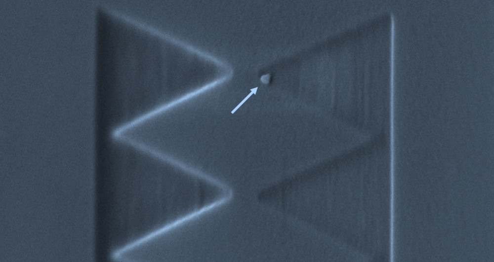 Electron microscopy image of a single qubit of about 50 nanometre size (indicated by the arrow) positioned with nanometre-scale precision on a silicon wafer surface.