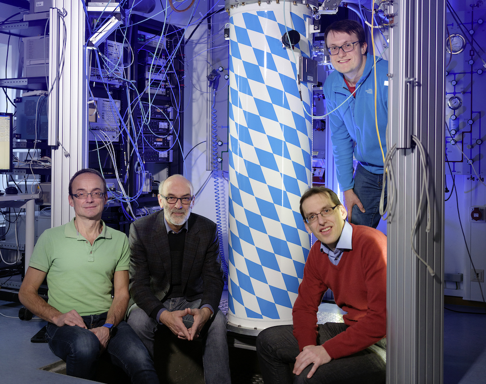 The WMI team (from left to right: Dr. Achim Marx, Prof. Dr. Rudolf Gross, Dr. Frank Deppe, Dr. Kirill Fedorov) in front of the dilution refrigerator used for the experiments. Photo Robert Brembeck / WMI