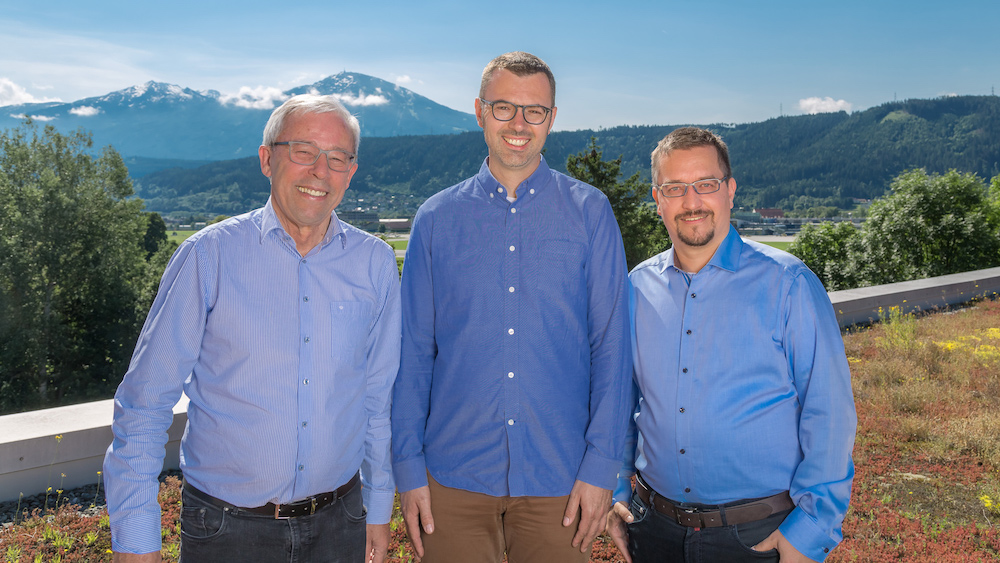 Picture showing Prof. Peter Zoller (left, Univ. of Innsbruck), Dr. Markus Hoffmann (Google), and Dr. Thomas Monz (AQT) upon completing the projects M. R. Knabl