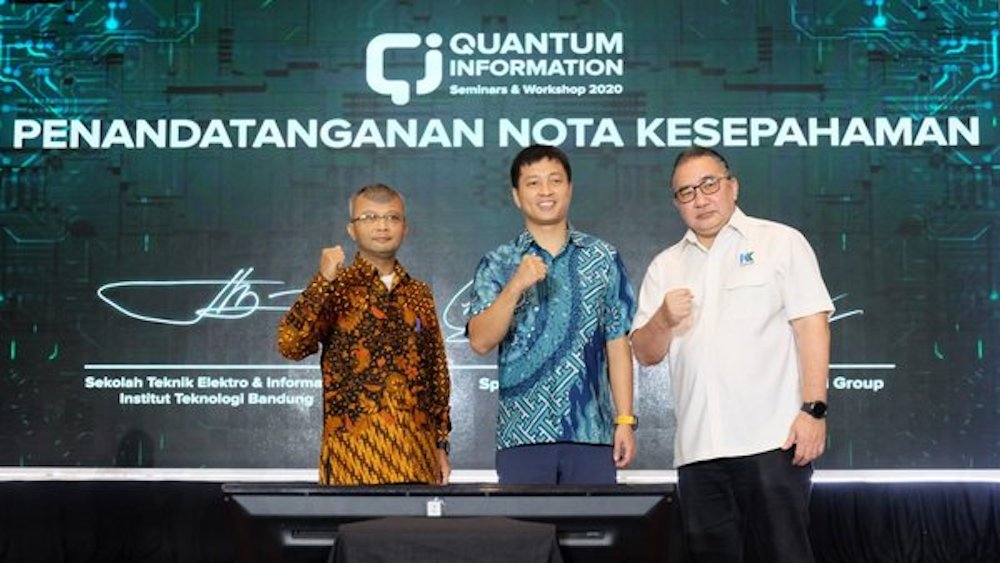 Prof. Dwi H. Widyantoro as School of Electrical Engineering and Informatics Bandung Institute of Technology (SEEI-ITB), Chune Yang Lum as Chief Executive Officer (CEO) of SpeQtral and Mirza Whibowo Soenarto as Chairman of Kennlines Capital Group officially started the collabotation to foster awareness of the benefits of Quantum Communication Technology and broad telecommunications network security in Indonesia.